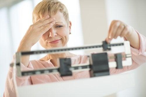 Vrouw is niet tevreden met resultaat op de weegschaal