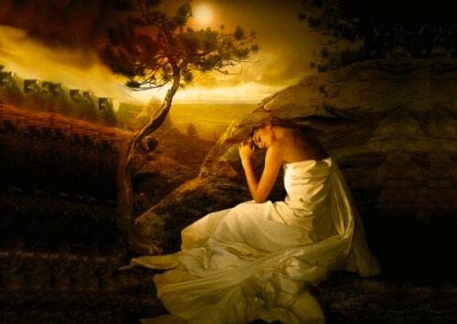 Vrouw in witte jurk in veld