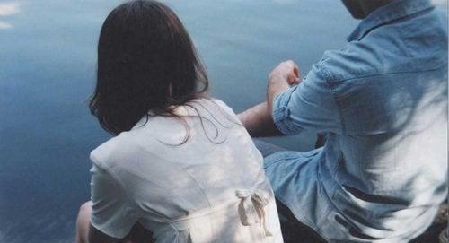Man en vrouw aan waterrand