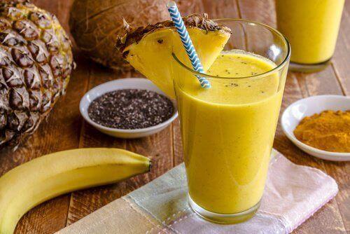 Smoothie met banaan, chiazaad en ananas