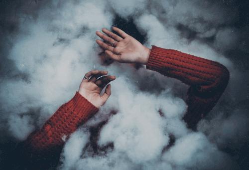 Persoon achter wolken