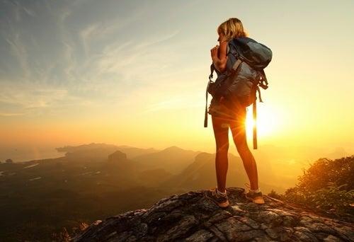 Vrouw op bergtop