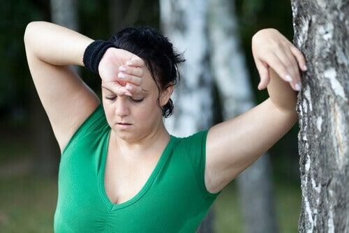 Vermoeide sportende vrouw