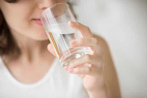 Is water drinken op een lege maag goed voor je?