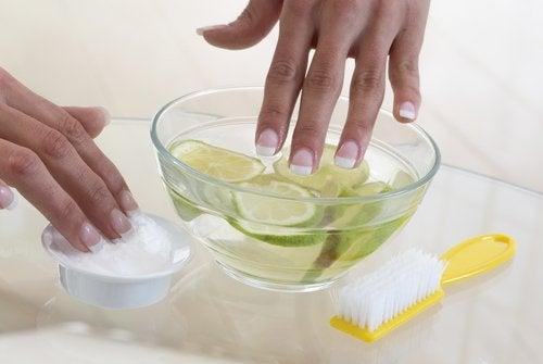 Citroenbadje voor nagels