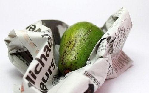 Avocado's bewaren en vers houden in bijvoorbeeld een oude krant