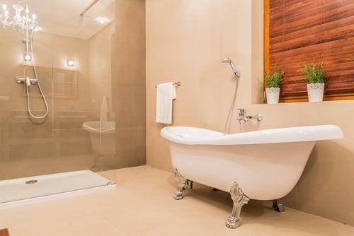 licht gekleurde badkamer