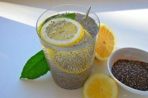 Drank met citroen en chiazaden