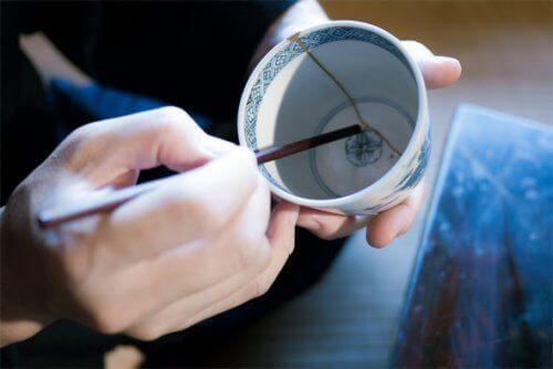 Een Japanse techniek om gebroken keramiek te herstellen