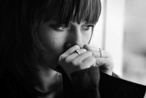 Men is op zoek naar de lichamelijke bron van depressie. Depressieve vrouw.