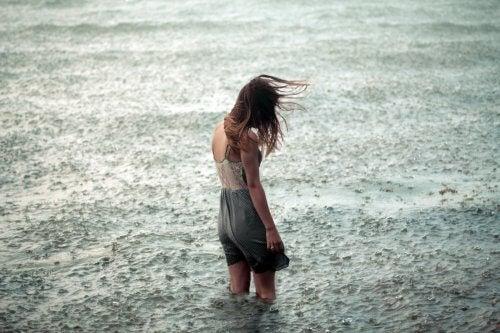 Vrouw in regen