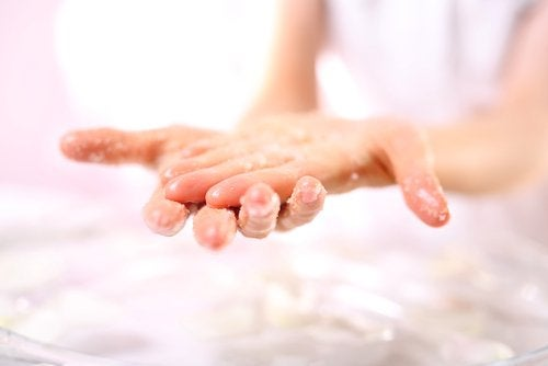 Friegue las manos