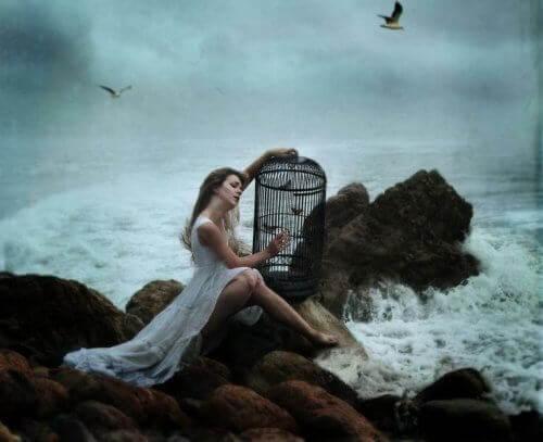 Vrouw die vogels vrijlaat