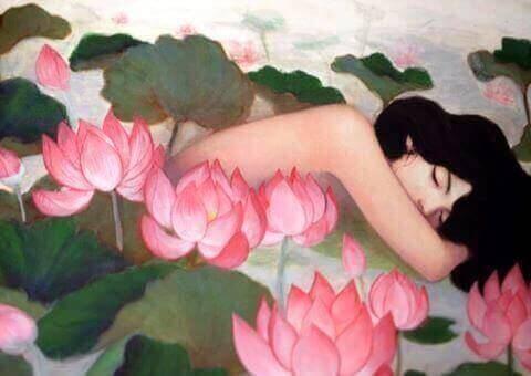 vrouw ligt tussen bloemen
