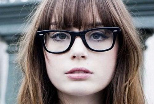 Vrouw met zwarte bril
