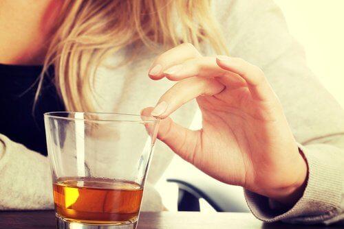 Je zwakke botten en gewrichten versterken met voedingstips zoals het met mate drinken van alcohol