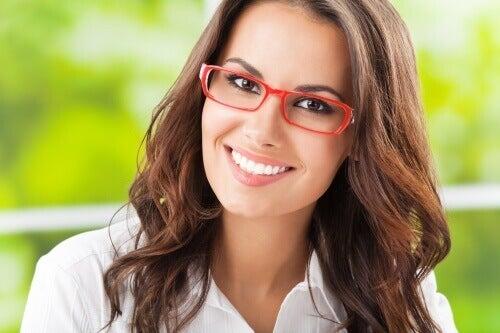 Vrouw met rode bril