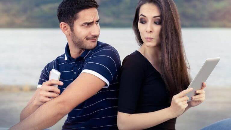 Gebrek aan vertrouwen binnen een relatie is gedrag dat je nooit moet accepteren