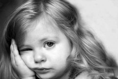 Verdrietig kijkend kind