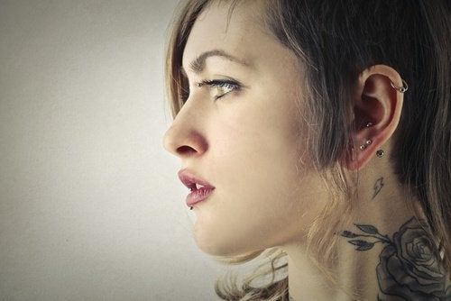 Vrouw met oorpiercings