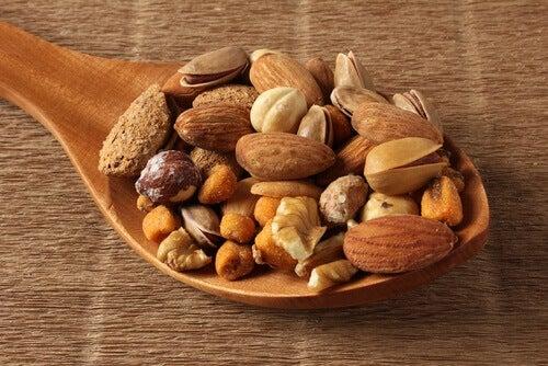 Houten lepel met noten