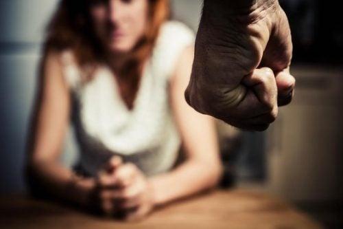 Signalen van misbruik bij vrouwenzoals het anticiperen op de woede van hun misbruiker