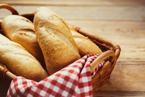 Mand met stokbrood