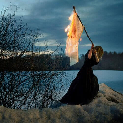 Vrouw met brandende vlag