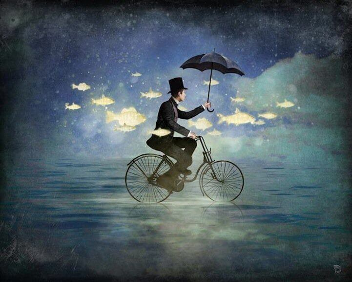 Man op fiets tussen vissen