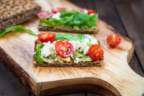 Crackers met tomaat