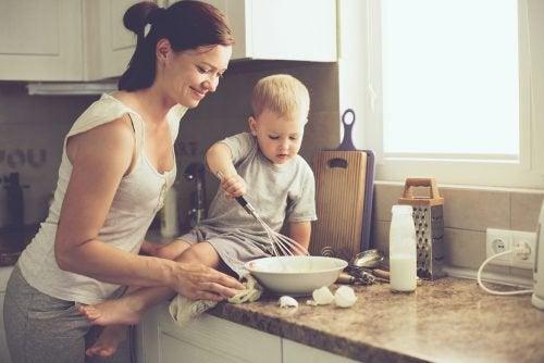 Kind dat moeder helpt met koken