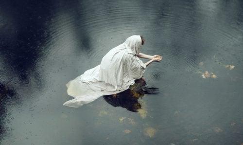 Vrouw in witte doek in het water