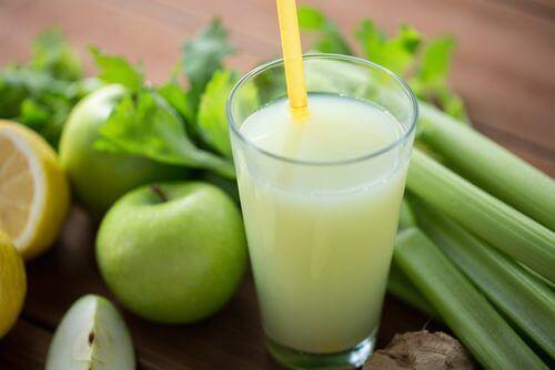 Zuiverende smoothie met selderij, appels en citroen