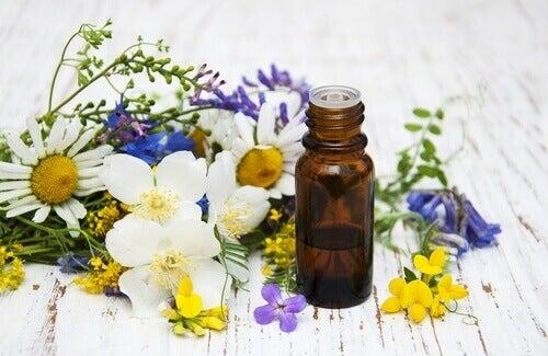 Etherische olie in flesje met bloemen