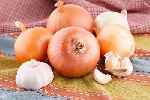 Hoest bestrijden met ui en knoflook