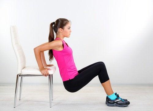 Thuis sporten met een stoel
