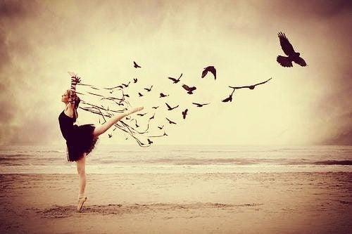 Danseres omringt door vogels