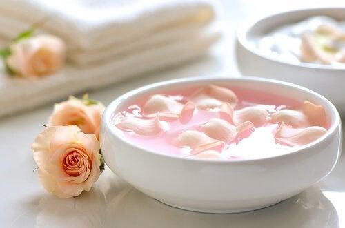 5 recepten met rozenwater om je gezicht mooier te maken