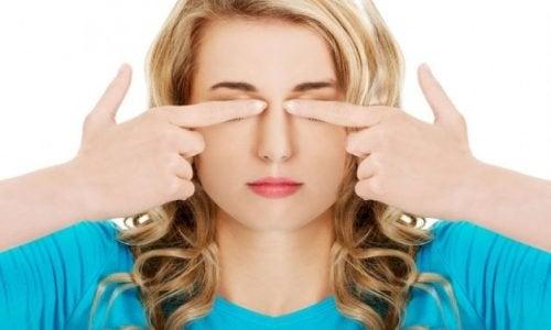 7 gemakkelijke oefeningen om voor je ogen te zorgen en hoofdpijn te vermijden