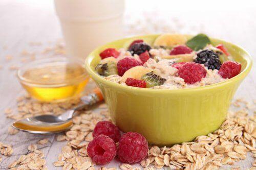 Ontbijtjes om af te vallen met haver yoghurt en fruit