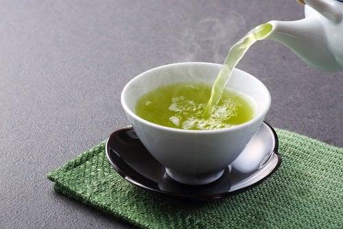 Groene thee te drinken met munt