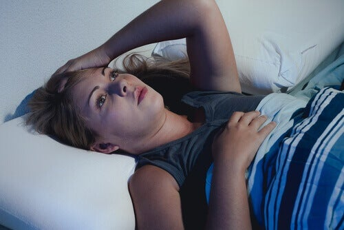 Vrouw die lijdt aan slapeloosheid