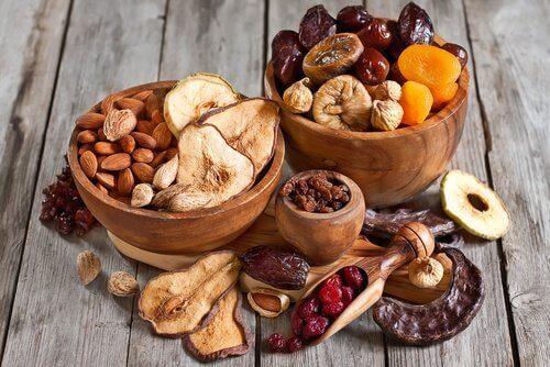 Schaaltjes met noten, zaden en gedroogd fruit