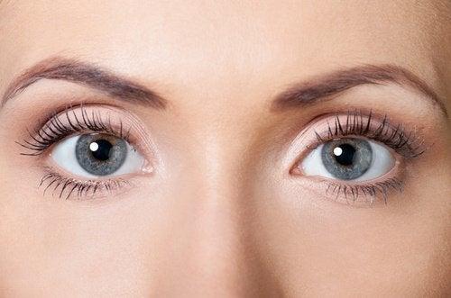 Vrouw met open ogen
