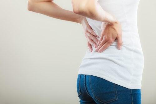 Pijn aan een kant van de rug kan een van de symptomen van blaaskanker zijn