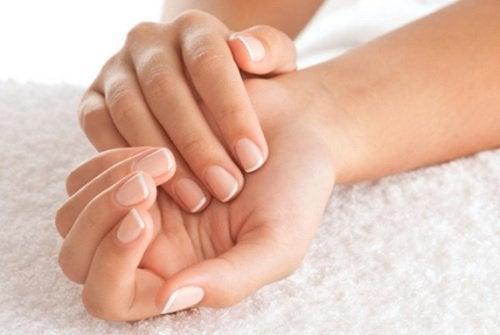 Handen met goed geknipte nagels