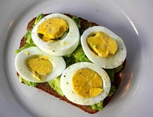 Ontbijtjes om af te vallen met avocado en ei