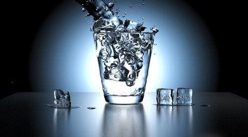 Genoeg water drinken is belangrijk om stinkende urine te voorkomen