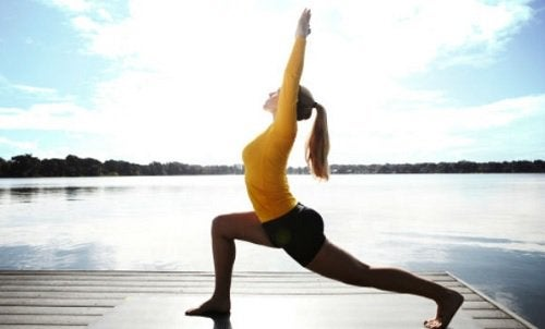 De krijger is een van de yogahoudingen die gewichtsverlies bevorderen