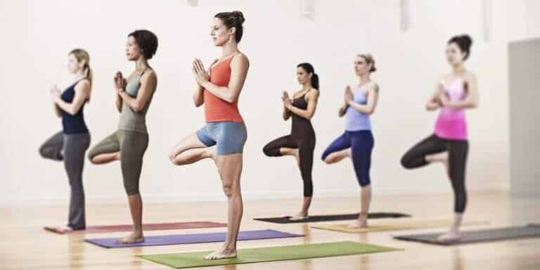Yogahoudingen die gewichtsverlies bevorderen